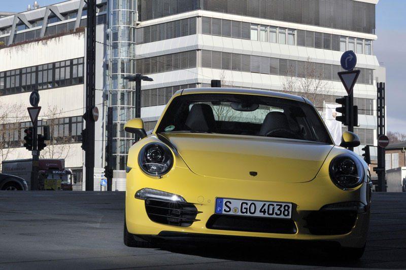 """Vengdamas kamščių, """"Porsche"""" įklimpo betone"""