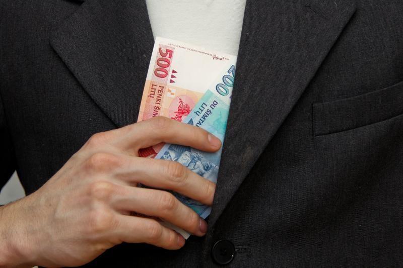 """Ekonomistai: didžioji dalis į bankomatus įnešamų pinigų – """"vokeliai"""""""
