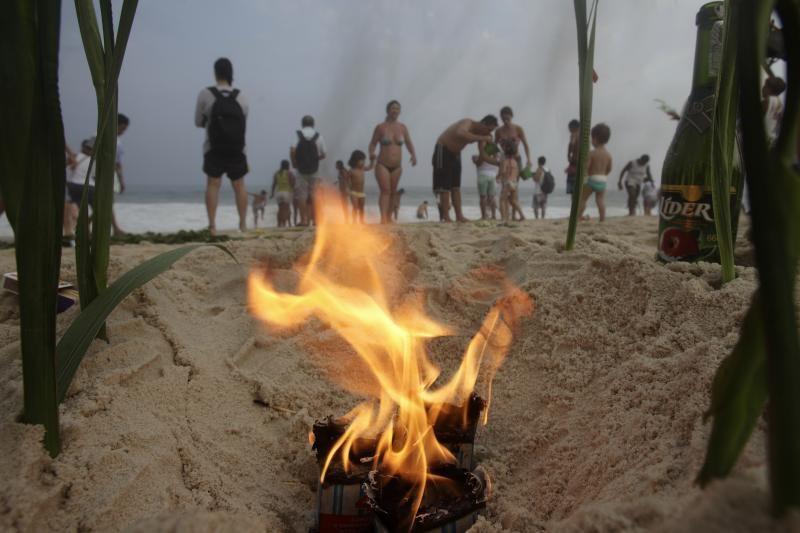 Kopakabanos paplūdimį užplūdo žmonės, norintys pasveikinti jūros deivę
