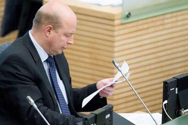 V.Babilius siūlo parlamentarų lankomumui užtikrinti šalia Seimo posėdžių salės įrengti rūkomąjį
