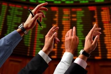 Biržoje akcijas kotiruojančios bendrovės jau lipa iš duobės