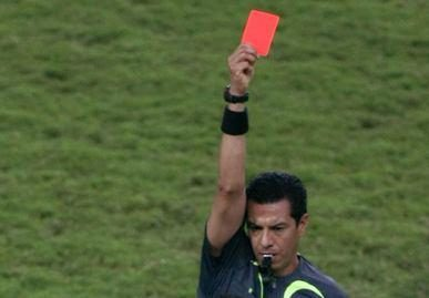 Girtas teisėjas gavo raudoną kortelę