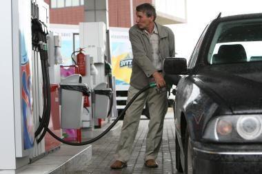Naftos ir degalų kainos vis dar mažėja