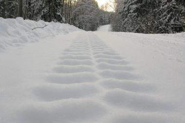 Eismo sąlygos: sąlygos pagrindiniuose keliuose - patenkinamos, rajoniniai keliai - slidūs