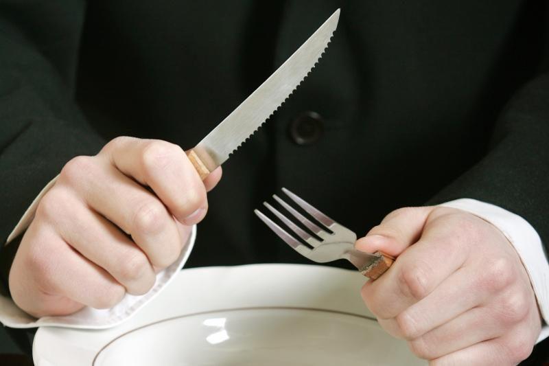 Sužvėrėjęs vyras savo  žmonos veidą  badė šakute