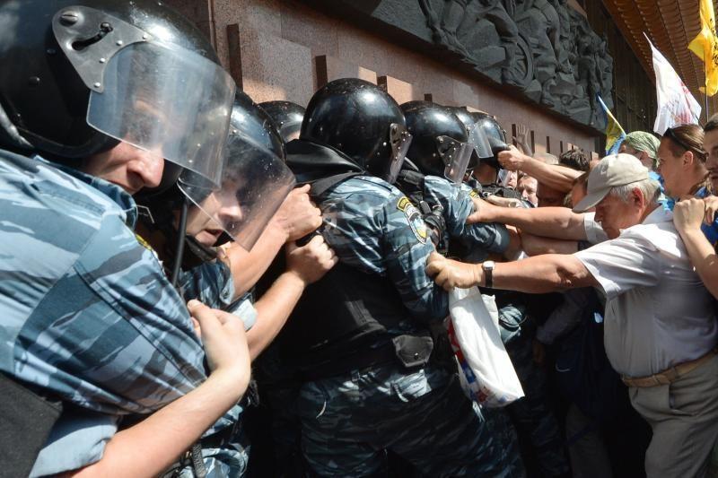 Ukrainoje kilo protestuotojų ir teisėsaugos pareigūnų muštynės