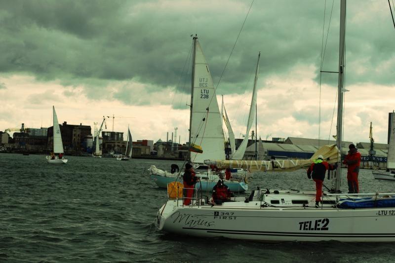 Į jūrą įkritusio buriuotojo gelbėtojams rasti nepavyko (papildyta)