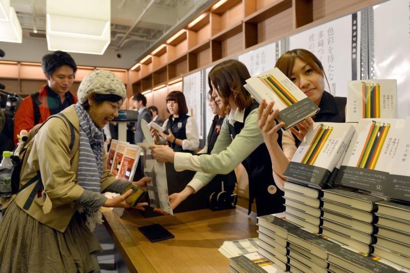 Gerbėjai vidurnaktį eilėje laukė rašytojo H. Murakamio naujo romano