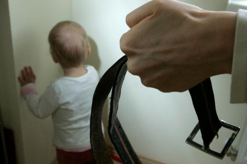 Neblaivi motina sumušė vienerių metų sūnų – vaikas atsidūrė ligoninėje