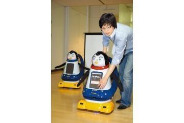 Žaislinis robotas bendrauja su žmonėmis