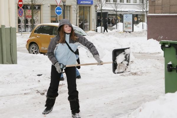 Sniegui valyti klaipėdiečiams dovanojami kastuvai
