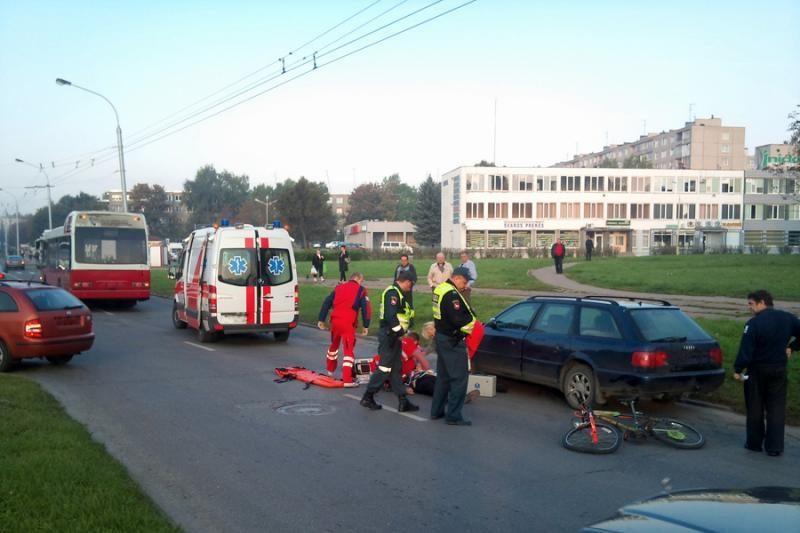 Kaune V.Krėvės prospekte autobusas užspaudė dviratininką