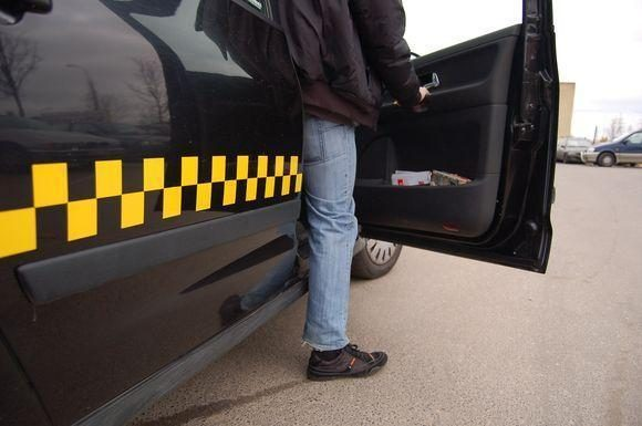 Policija ieško įtariamojo neteisėto taksi verslo byloje