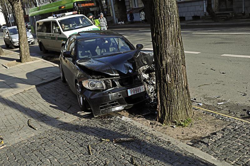 Nedrausmingo vairuotojo mašiną kaimynai įkėlė į gluosnį