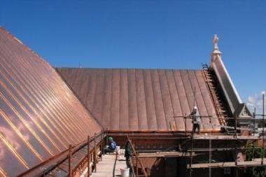 Palangos bažnyčios stogas spindės tartum auksas