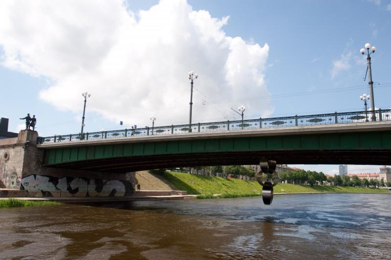 Vilniuje nuo Žaliojo tilto nušoko moteris
