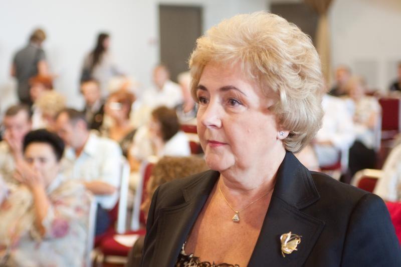 K.Brazauskienė parodė aukštojo mokslo diplomą