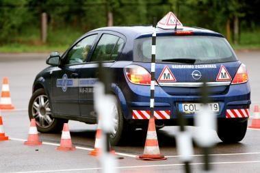 Vairavimo egzaminą bus galima laikyti nuo 17 metų