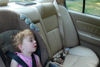 Niekada nepamirškite vaikų automobiliuose