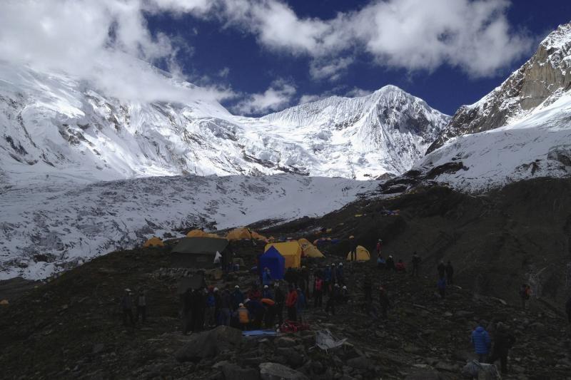 Nepale atnaujintos per sniego griūtį dingusių alpinistų paieškos