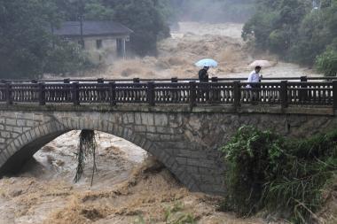 Kinijoje per potvynius ir žemės nuošliaužas žuvo 88 žmonės