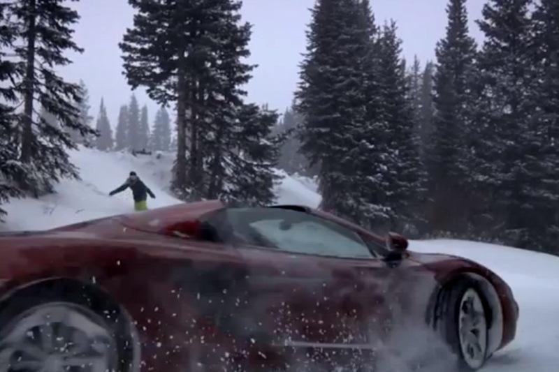 (Ne)lygiavertėje kovoje - snieglentininkė prieš superautomobilį