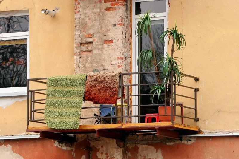 Plungėje nukrito balkonas, sužeisti du žmonės