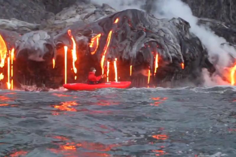 Su baidarėmis prie lava verdančio ugnikalnio