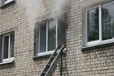 Devyniolikmetis susižalojo bėgdamas iš gaisro