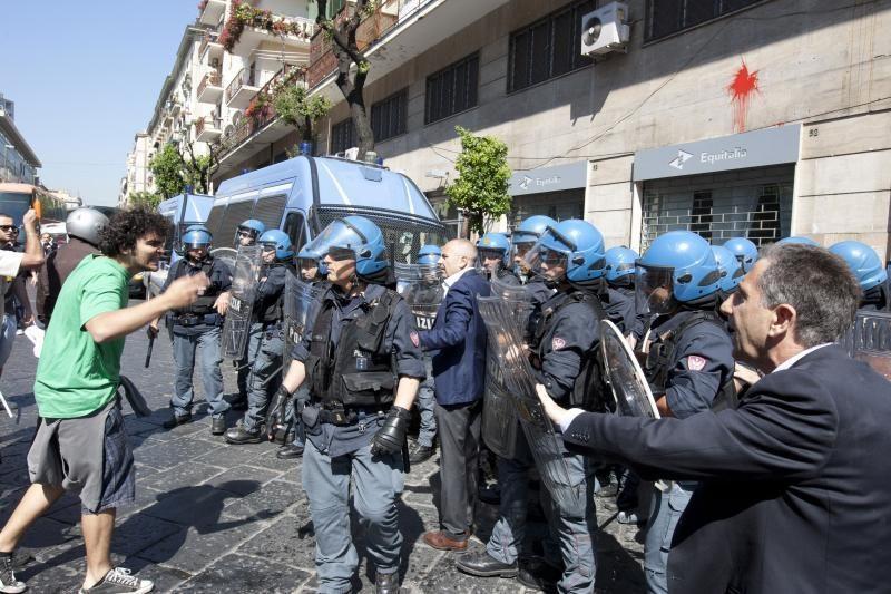 Italijoje į mokesčių inspekcijos biurus mėtomos padegamosios bombos