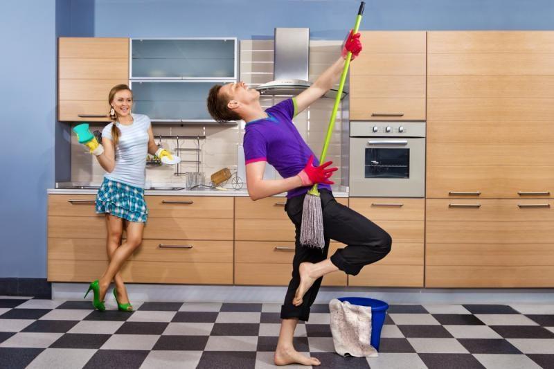 Tyrimas: vyrai jaučiasi laimingesni dalindamiesi namų ruošos darbus