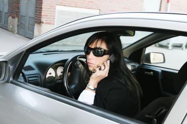 Vairuojant rašyti SMS pavojingiau nei kalbėti telefonu