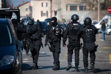 Prancūzija pakraupusi: policija brutaliai išvaikė emigrantus