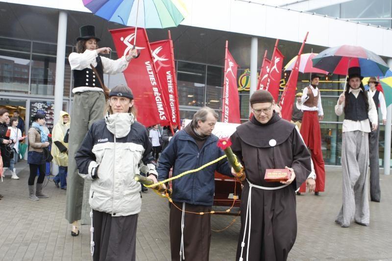 """""""Vilties bėgimas"""": vienuolių tempiamas vežimas riedėjo per miestą"""