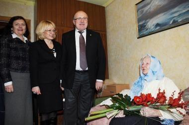 Savivaldybės vadovai pagerbė J.Imbraso mamą, sulaukusią šimto metų