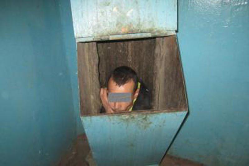 Nuo draugės bėgęs vyras užstrigo šiukšlių konteineryje