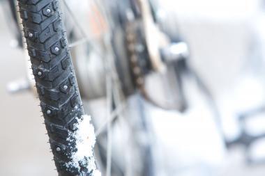Kauno raj. automobilis kliudė dviratininką, po to sieną