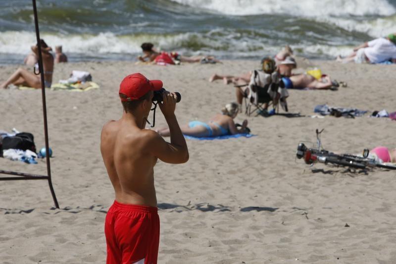 Pliaže prapuolęs vyras užstrigo su svetima kompanija