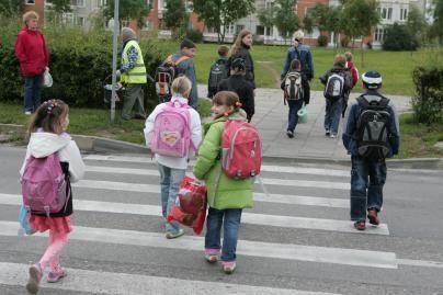 Per pėsčiųjų perėjas mokinius lydės savanoriai