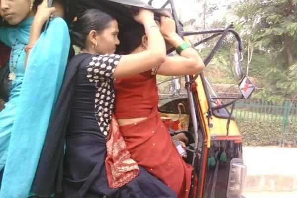 Indijoje keleivius vežusiam sunkvežimiui įkritus į tarpeklį žuvo 38 žmonės