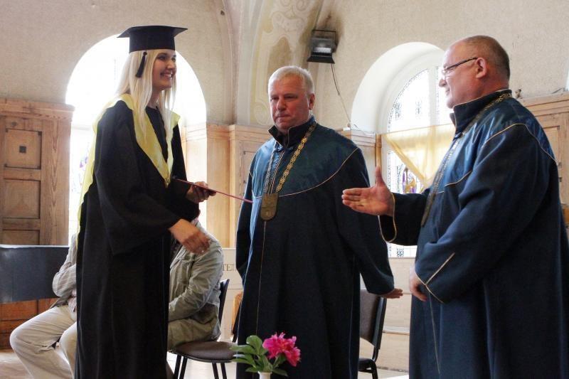 Klaipėdos universitete - diplomų įteikimo iškilmės