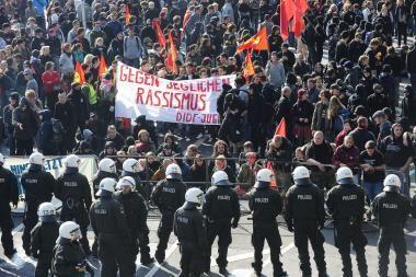 Kelne protestuotojai susirėmė su policija