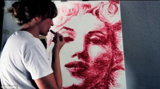 Menininkė paveikslus kuria tik lūpomis