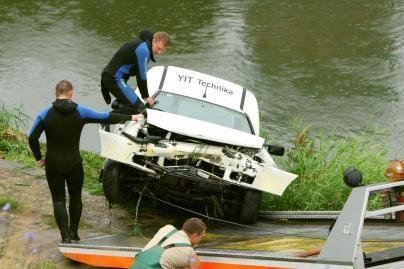 Vilniuje į Nerį įvažiavo automobilis