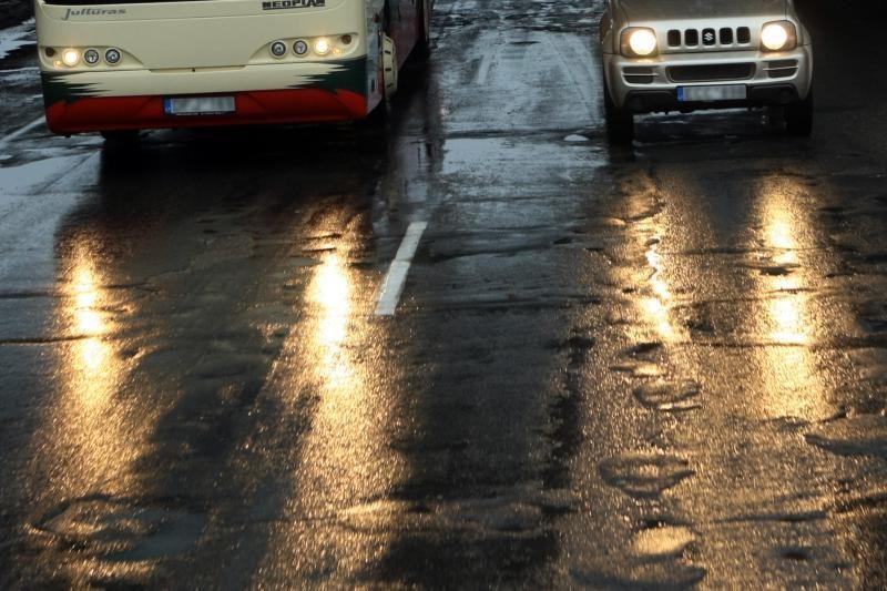 Vilniaus r. 30 mokyklinukų vežęs autobusas nučiuožė ant šono