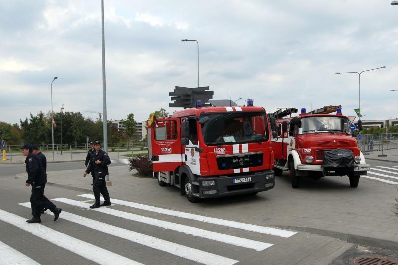 Ugniagesių proteste - fotosesija su J.Valančiūnu