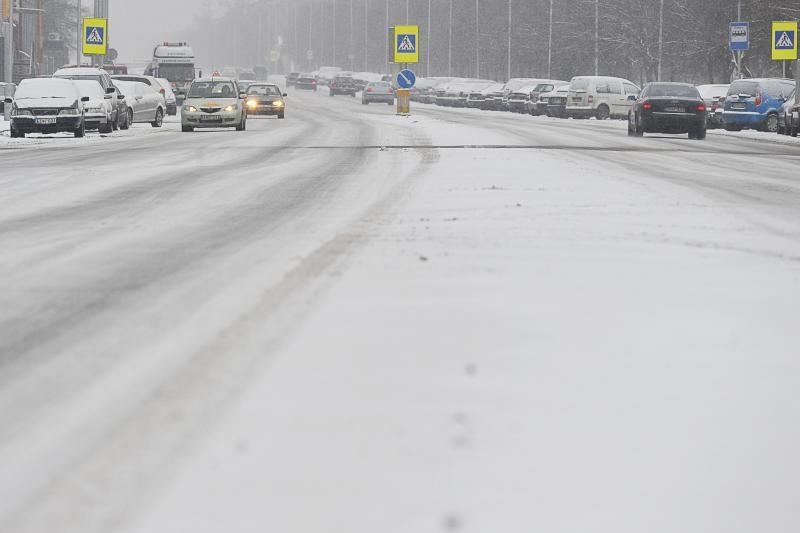 Pasnigus keliai Lietuvoje tapo slidūs