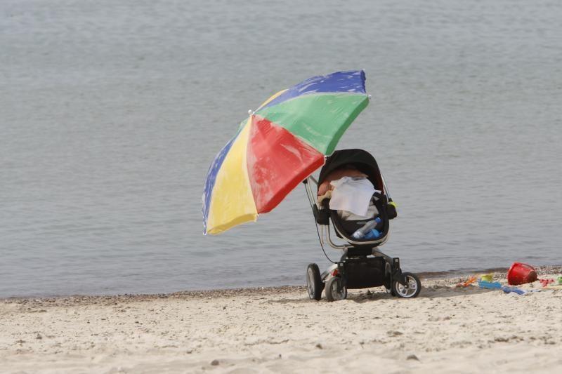 Įkaušę vyrai į paplūdimį atsivežė kūdikį