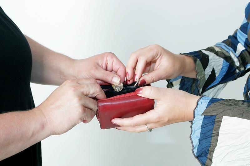 Senutė sukčiams atidavė 1 tūkst. litų ir vestuvinį žiedą