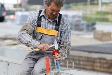 Valandinis darbo užmokestis Lietuvoje šiemet smuko daugiausiai ES